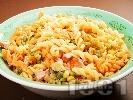 Рецепта Макаронена салата с паста триколоре, кренвирши, кисели краставички, грах, царевица, майонеза и сметана